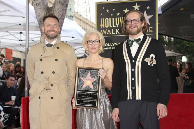 Gillian Anderson posa con Joel McHale e Bryan Fuller