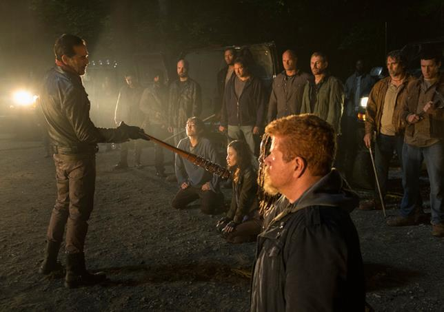 Una scena della season première della stagione 7 di The Walking Dead