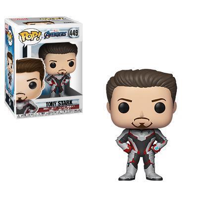 Tony Stark con le mani sui fianchi, indossa la tuta bianca