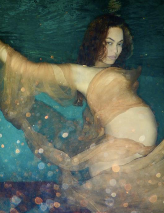 Beyoncé in acqua con il suo pancione