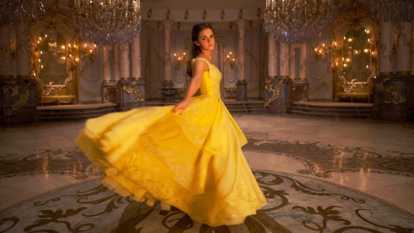 Una romantica Emma Watson nel costume di scena di Belle nel film La Bella e la Bestia