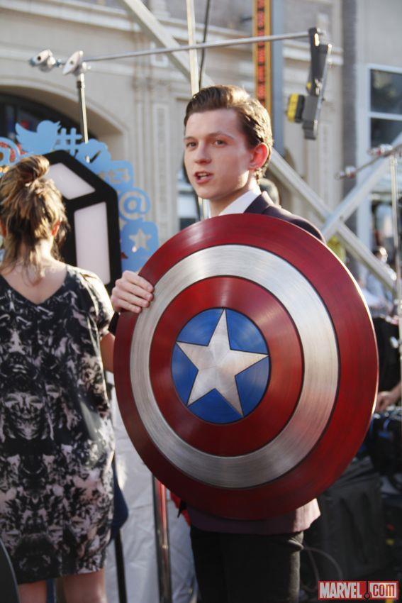 Tom Holland con lo scudo di Capitan America sul red carpet