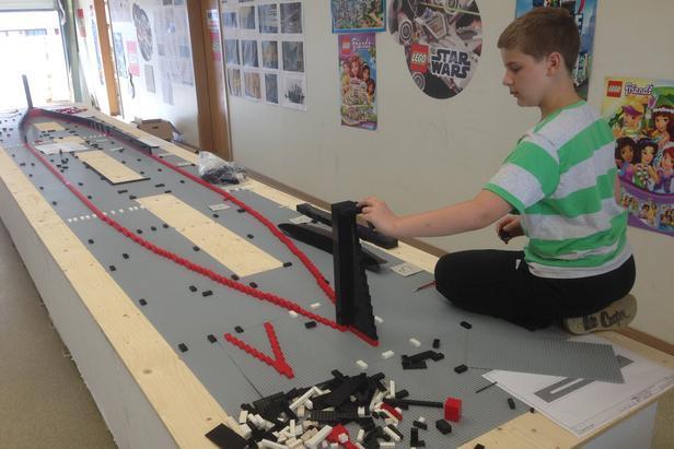 Brynjar Karl Bigisson impegnato a costruire il Titanic in chiave LEGO