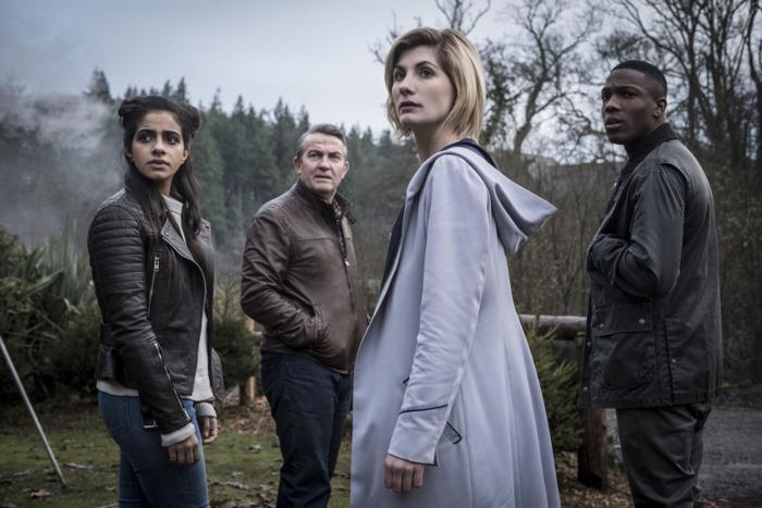 Mandip Gill, Bradley Walsh, Jodie Whittaker e Tosin Cole, nei panni dei companion e del Doctor Who, in un set di campagna