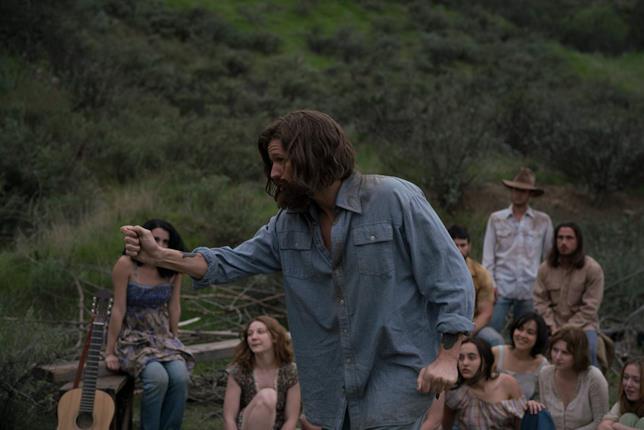 Matt Smith intrattiene gli adepti della Manson Family in una scena di Charlie Says