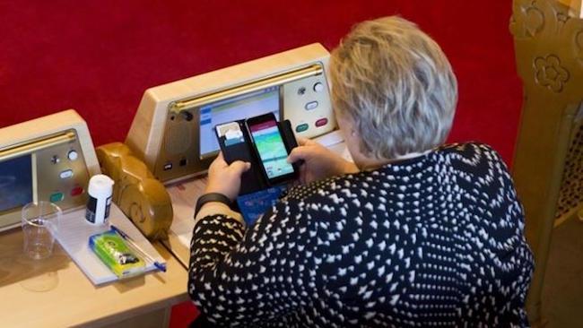 Erna Solberg che gioca a Pokémon Go in Parlamento