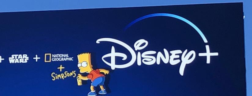 La famiglia Simpson su sfondo blu