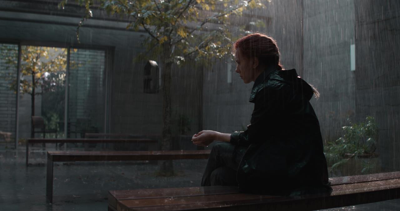Vedova Nera in una scena sotto la pioggia