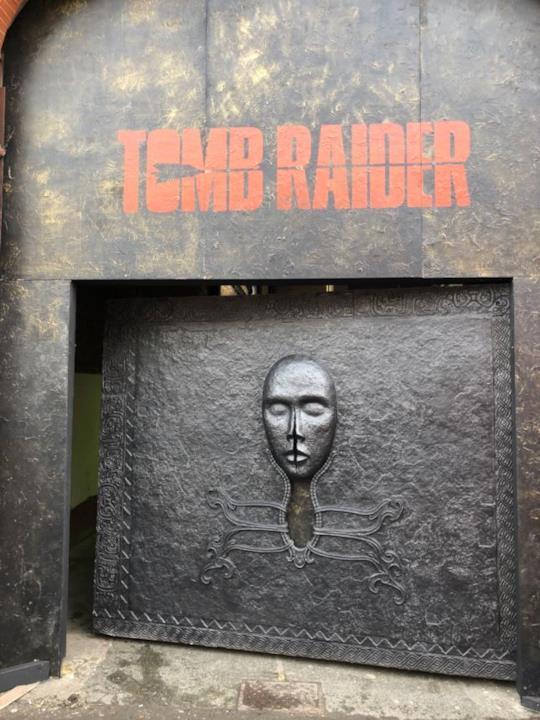 L'ingresso della Tomb Raider Escape Experience, l'escape room realizzata a Londra per il film con Alicia Vikander nei panni di Lara Croft