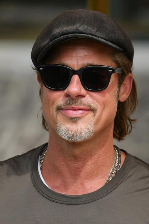Primo piano di Brad Pitt all'arrivo in Laguna