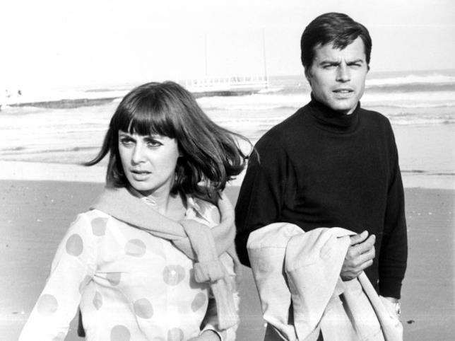 Jean Sorel e Anna Maria Ferrero sulla spiaggia