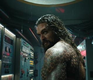 Jason Momoa in una scena di Aquaman