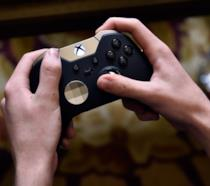 Un utente gioca con il controller Xbox Elite