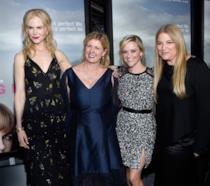 Liane Moriarty, autrice di Big Little Lies col cast della serie TV