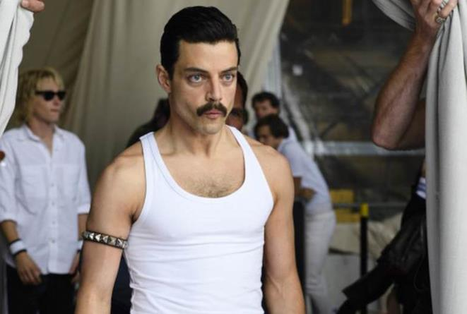Rami Malek in una scena di Bohemian Rhapsody