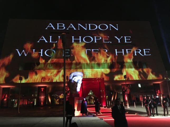 Le fiamme di Inferno nella location della première di Firenze