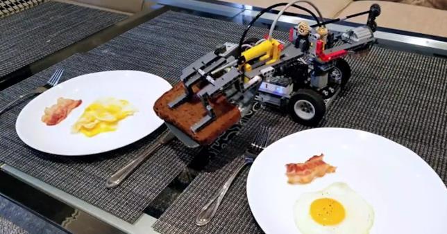 Il robot LEGO è capace anche di impiattare quello che ha appena cucinato