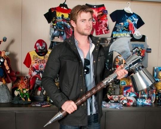 Chris Hemsworth brandisce Ultimate Mjolnir