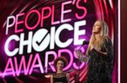 Il palco del People's Choice Awards colorato di rosa e rosso