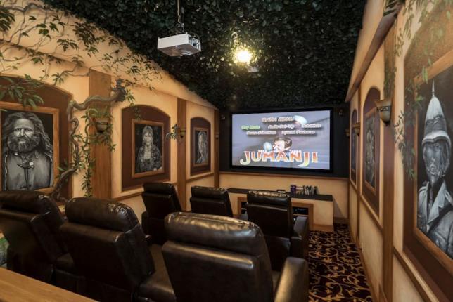 La stanza a tema Jumanji che fa da cinema di lusso