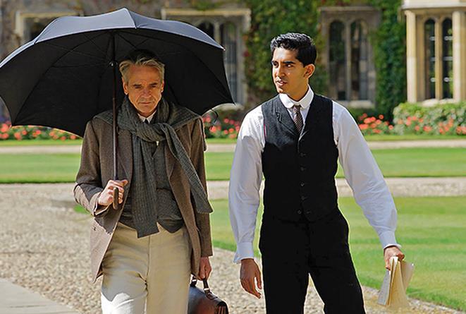 Jeremy Irons e Dev Patel nel film L'uomo che vide l'infinito