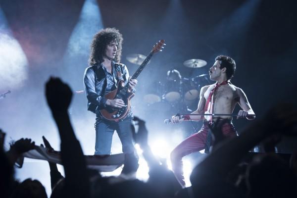 Gwilym Lee e Rami Malek nei panni di Brian May e Freddie Mercury, in posa da concerto sul palco