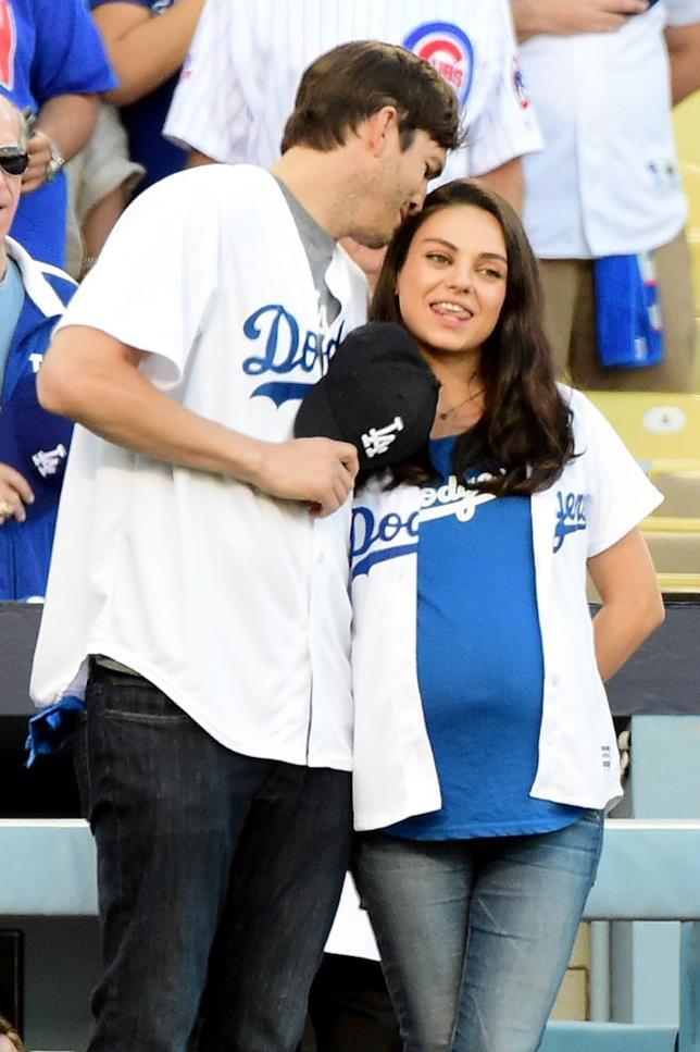 Mila Kunis e Ashton Kutcher a una partita di baseball a Chicago