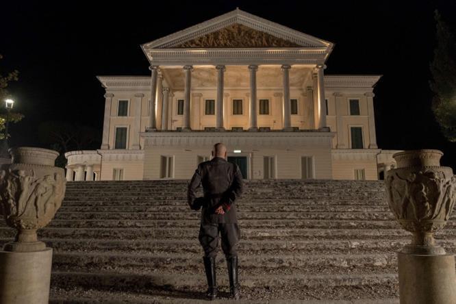 Mussolini nella scena di Sono tornato  davanti all'Altare della Patria