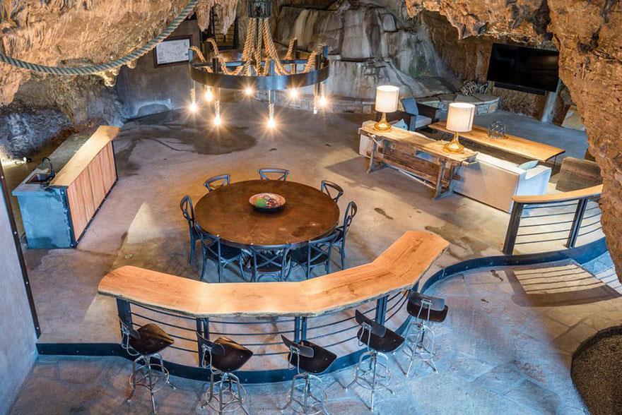 L'interno della Beckam Creek Cace Lodge: cucina, bancone del bar e tavolo visti dall'alto