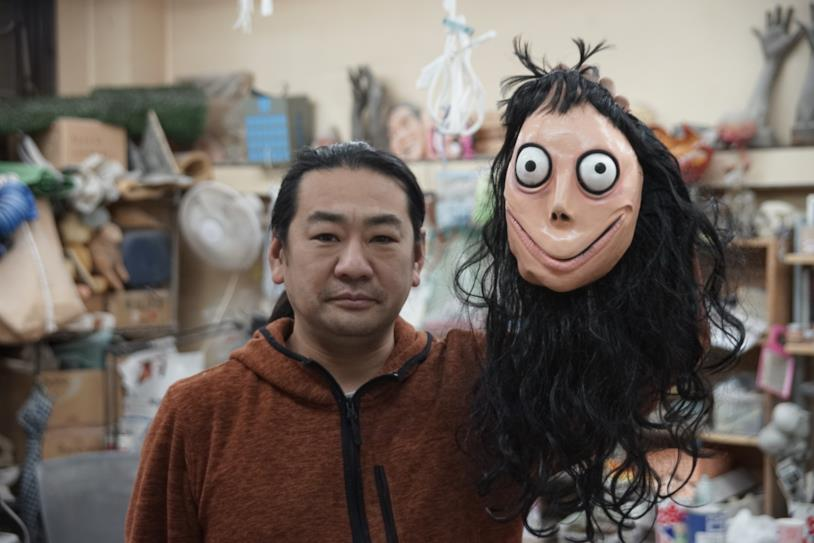 Un primo piano dell'artista giapponese Keisuke Aisawa con la testa del suo ubume