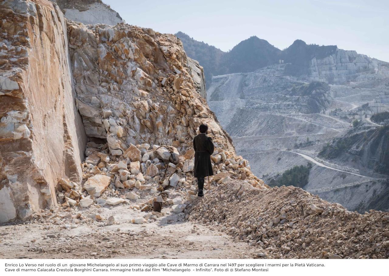 Enrico Lo Verso presso le cave del Marmo di Carrara