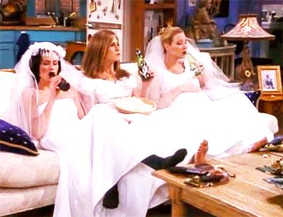 Monica, Rachel e Phoebe sul divano in abito da sposa