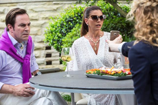Scream Queens: Charisma Carpenter e Roger Bart nel terzo episodio