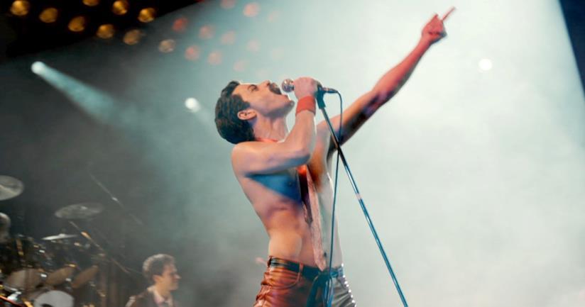 Mezzobusto di Rami Malek nei panni di Freddie Mercury, con microfono in mano