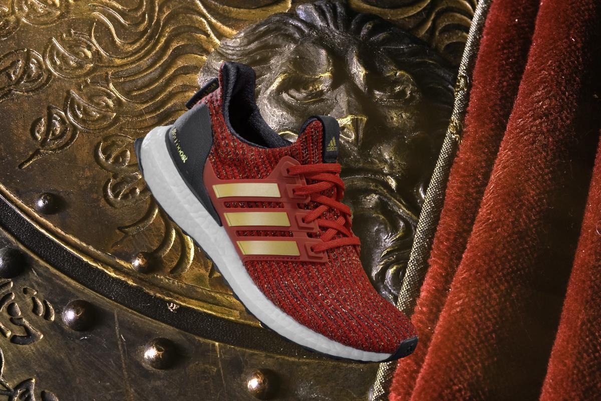Una veduta laterale-anteriore delle Adidas di Game of Thrones dedicate ai Lannister