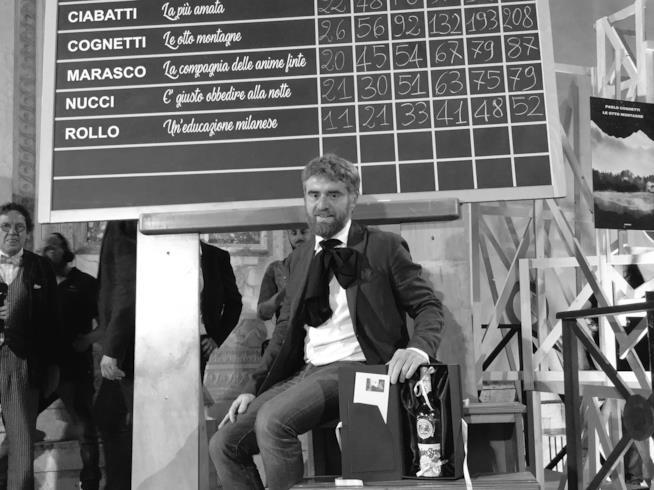 Paolo Cognetti sotto la lavagna dello Strega