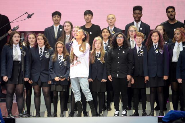 #OneLoveManchester: Ariana Grande e il coro della Parrs Wood High School