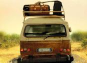 Un furgone 9 posti con le valigie sul tettuccio