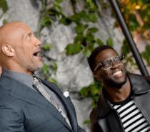 Dwayne Johnson e Kevin Hart sorridono insieme alla premiere di Jumanji: Benvenuti nella giungla
