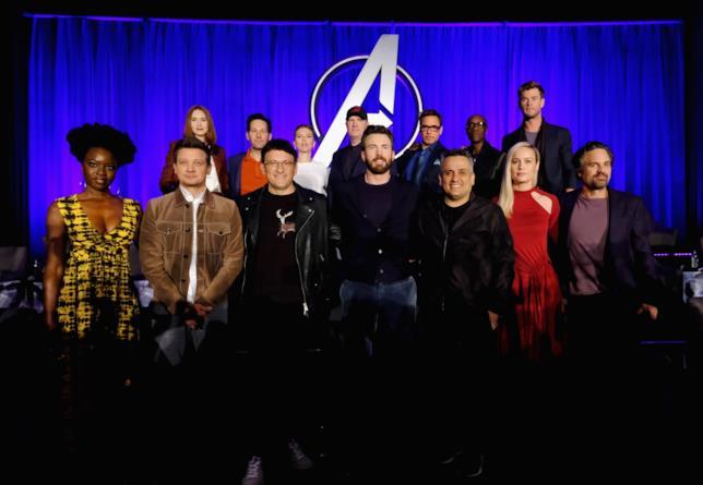 Il cast di Avengers: Endgame insieme ai registi Joe ed Anthony Russo e al produttore Kevin Feige