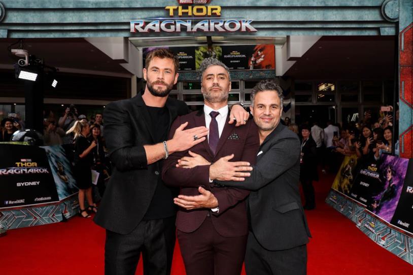 Taika Waititi assieme a Chris Hemsworth e Mark Ruffalo