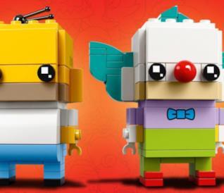 Primo piano del personaggio di Homer Simpson e Krusty in chiave LEGO BrickHeadz