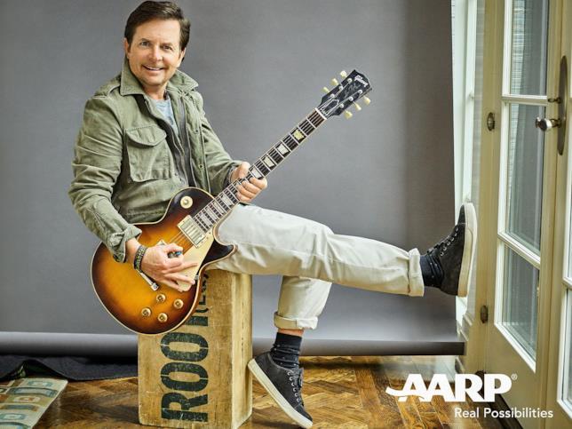 Michael J. Fox suona la chitarra per lo shooting di AARP