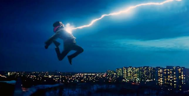 Billy Batson (Asher Angel) salta da un tetto e viene colpito dal fulmine magico, con la città sullo sfondo