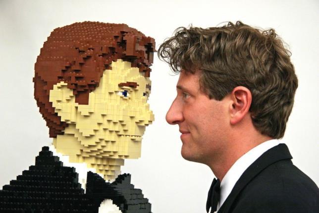 L'artista Nathan Sawaya di fronte al suo omonimo in versione LEGO a grandezza naturale