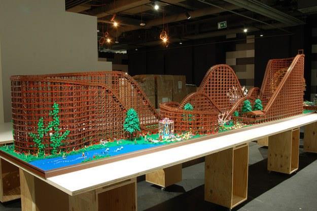 Primo piano delle montagne russe costruite con i mattoncini LEGO