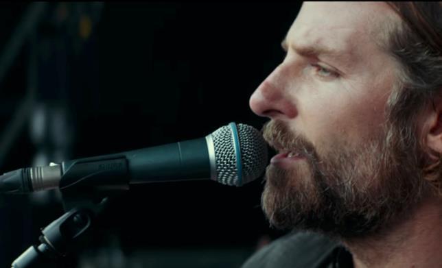 Jackson Maine mentre canta