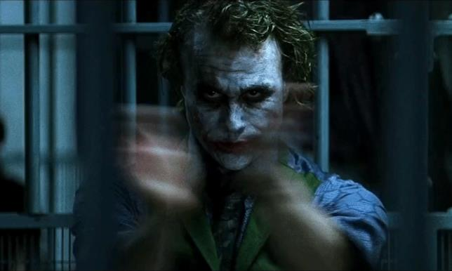 Heath Ledger applaude in una scena de Il Cavaliere Oscuro