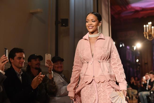 Rihanna sfila a Parigi