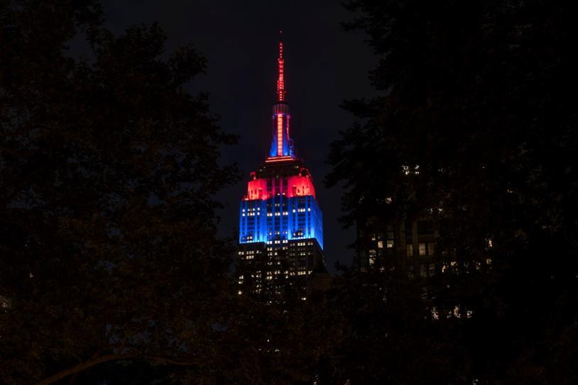 Un primo piano dell'Empire State Building illuminato di rosso e blu per Spider-Man: Far From Home